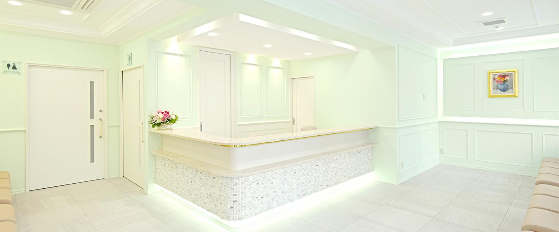 画像:爽やかなペパーミントグリーンと白色を基調とした清潔感のある待合室